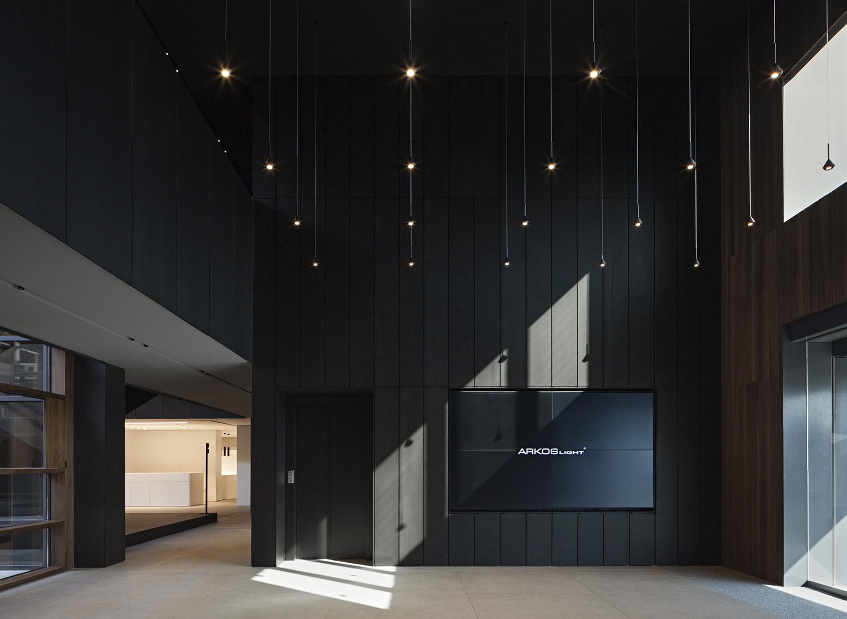 暗黑系办公设计,时尚气派又不失神秘感。
