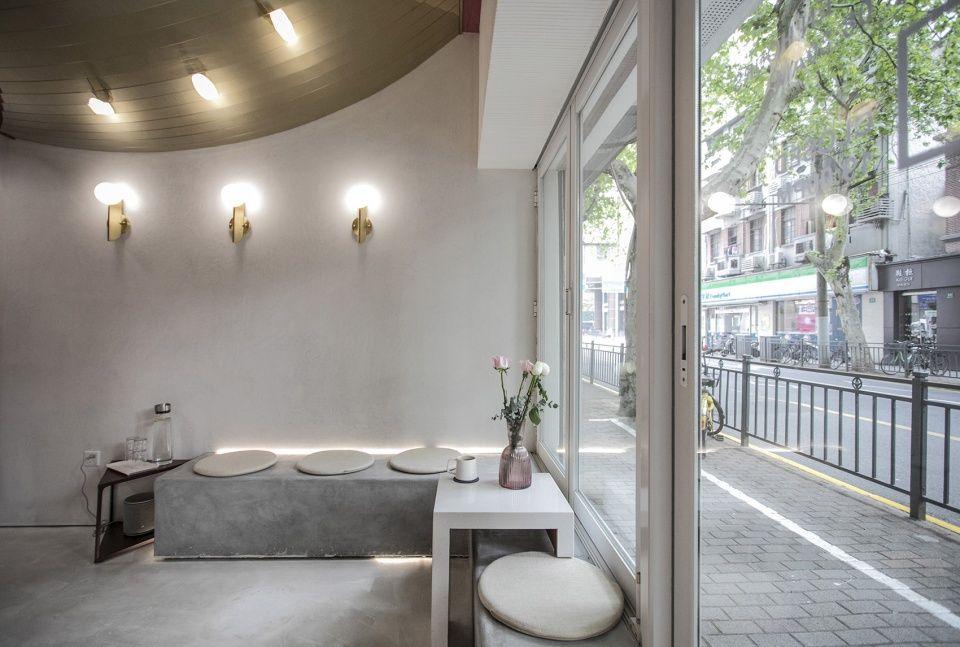 温暖的红色色调和香槟金色的镜面天花板,上海HUGME咖啡厅 南京线状建筑设计